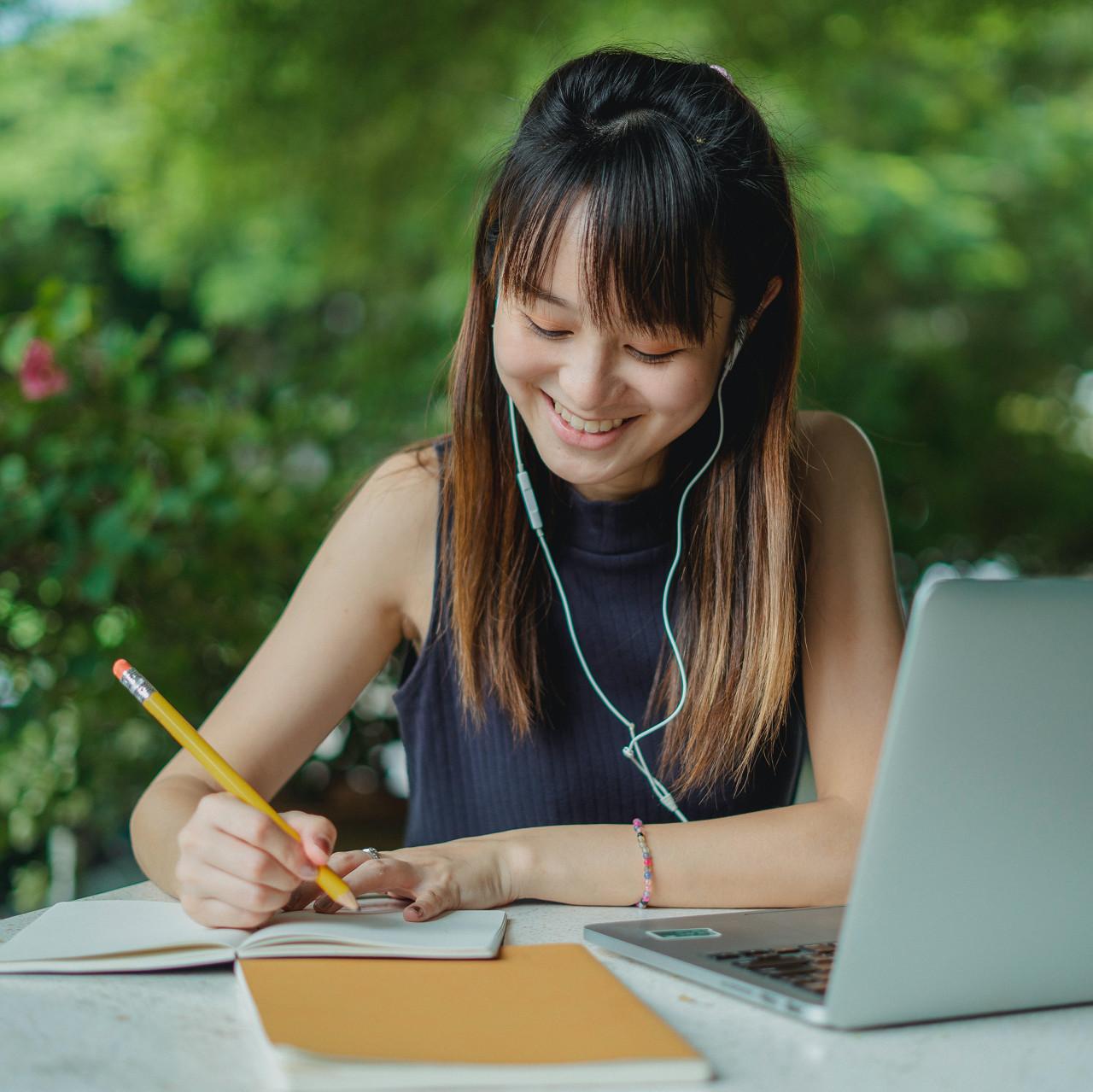 girl learn coding